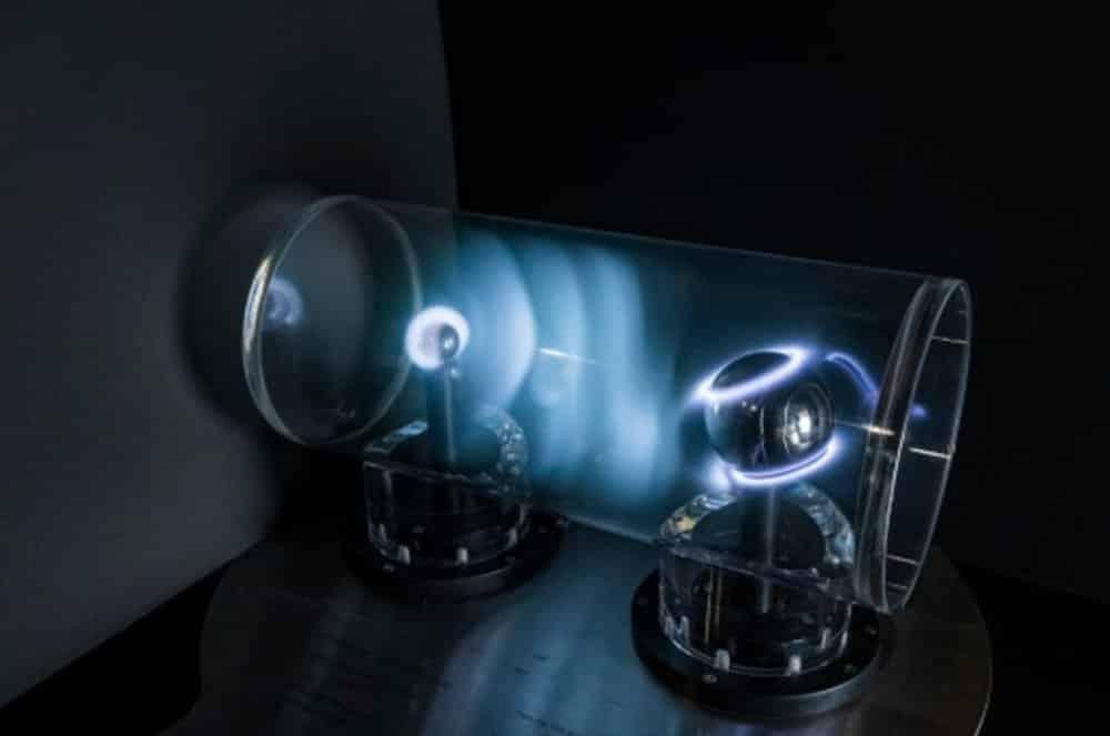 香港太空館的「極光」裝置可讓觀眾調校真空管內太陽風的強度,在地球模型上產生極光
