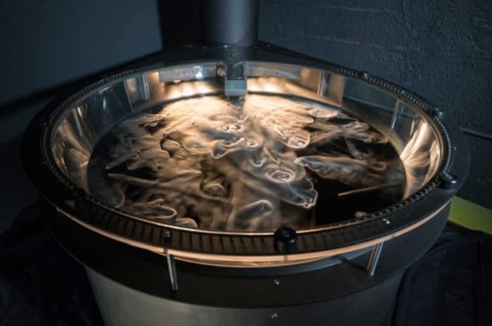香港太空館的「冰封天體」利用乾冰製成彗星,模擬彗星的噴流及運動。