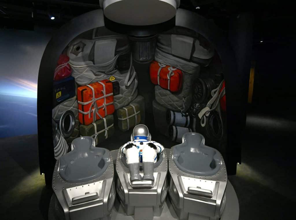 太空館的「太空探索展覽廳」內設置「神州號太空船返回艙」,可讓觀眾躺臥在返回艙內拍攝富立體感的照片。