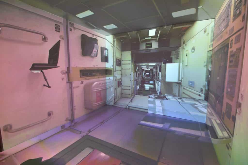 香港太空館的「迷失方向」讓觀眾體驗在太空中身處於無重狀態下的感覺。