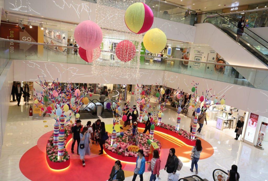 wtc more 世貿中心商場中庭以編織手法化身為花團錦簇的藝術花園。