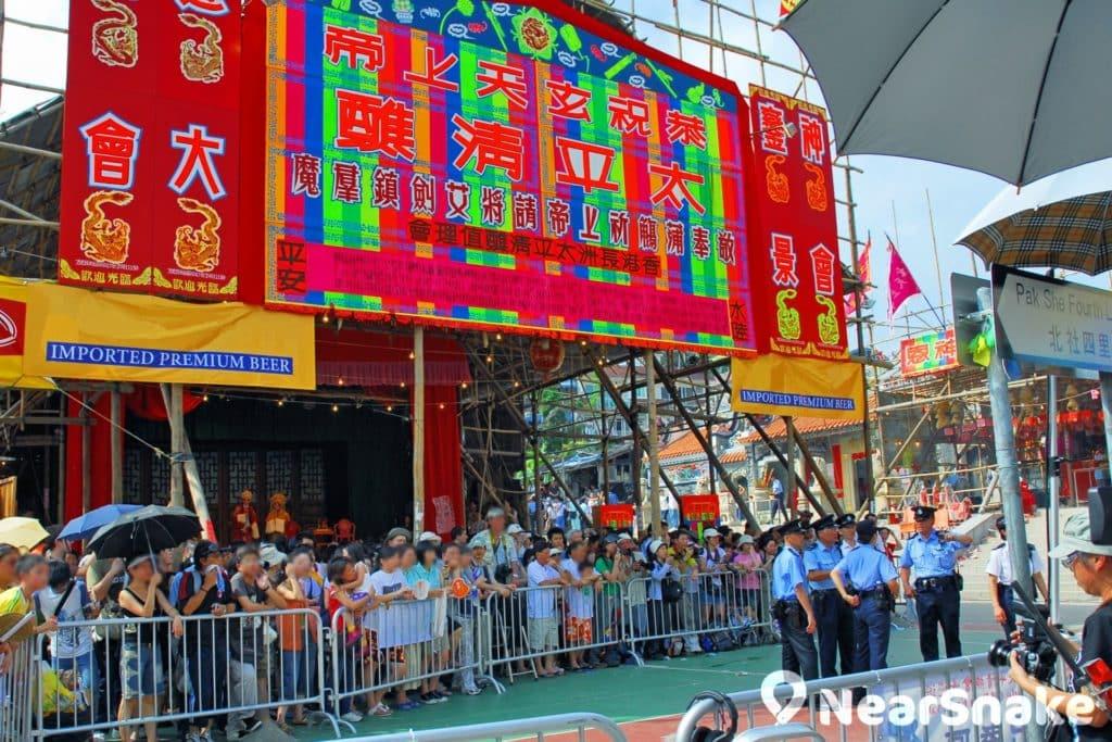 長洲飄色會景巡遊的起點北社街一帶,聚集大量民眾等待觀賞飄色巡遊。