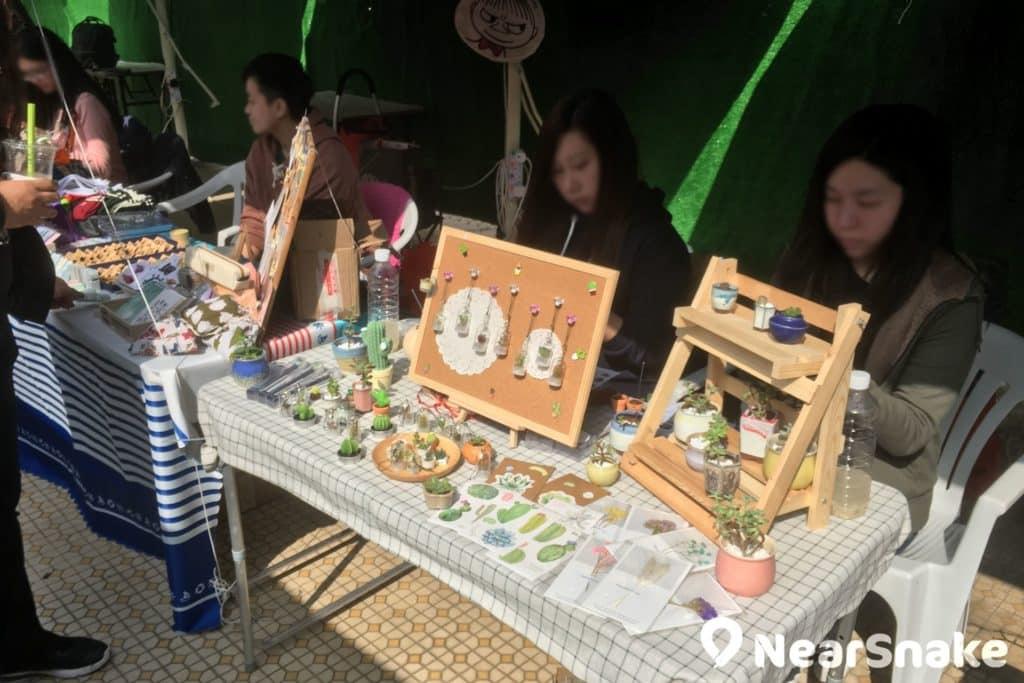 長洲市集內有不少攤檔售賣手製飾物,極具香港本土手作特色!