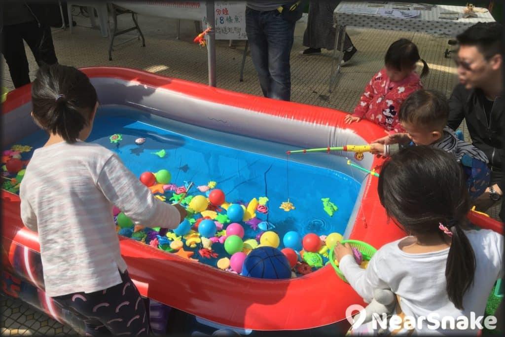 長洲市集內的釣魚池甚受小孩子歡迎!