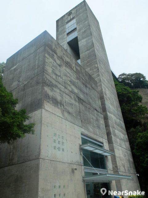 大家從海防博物館入口走到砲台堡壘,需在此石塔乘搭電梯,不然也可沿步行徑徒步上山。