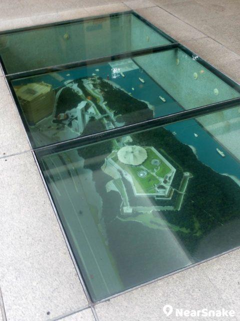 電梯大堂地下藏有香港海防博物館的模型,可見博物館橫跨整個山頭。