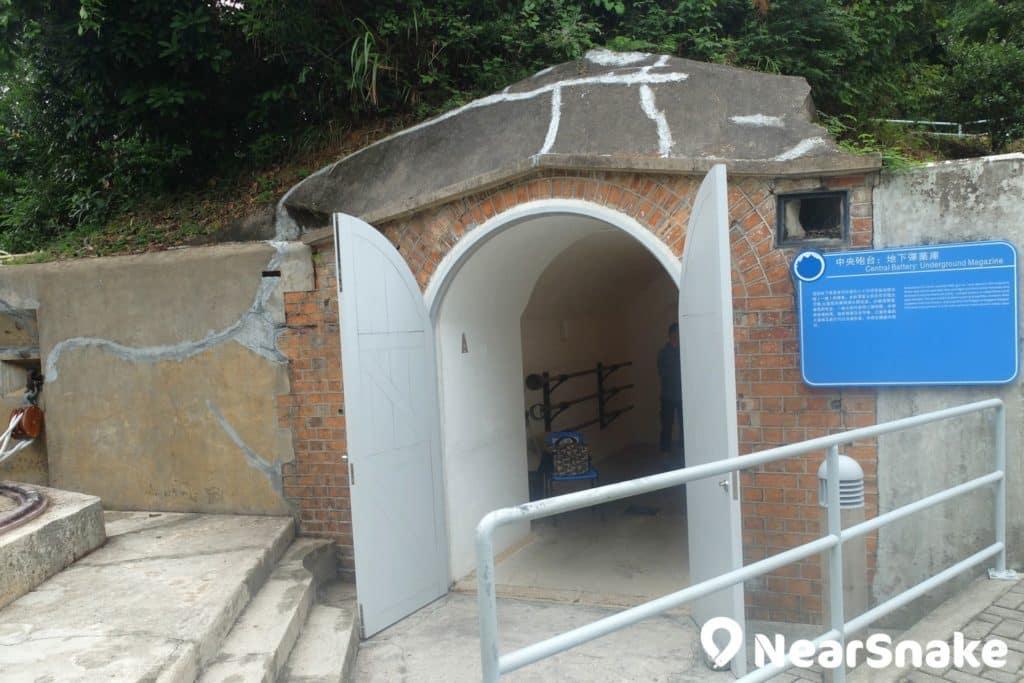 海防博物館的彈藥庫現在當然沒有存放彈藥了,只剩下防空洞似的地下室。