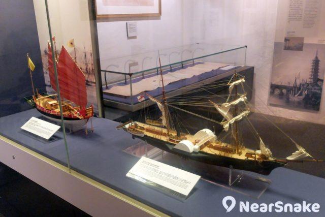 鴉片戰爭時中英軍隊的軍事裝備有著雲泥之別:船是蒸氣船對帆船,武器是火鎗對軍刀,難怪當時的滿清政府會兵敗如山倒吧!
