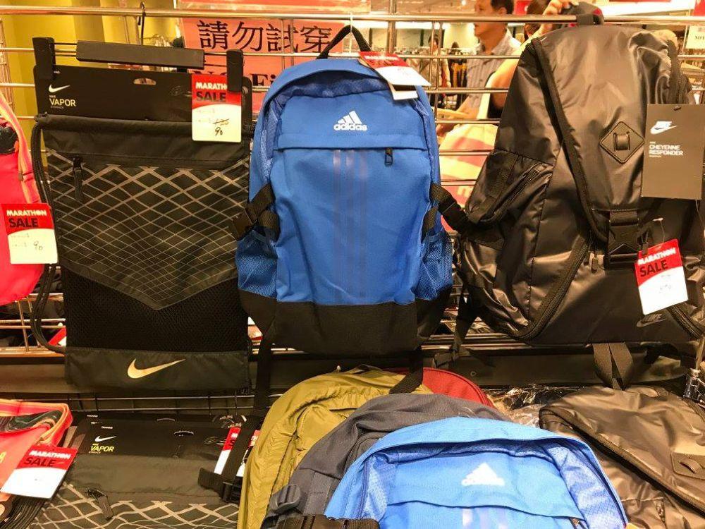 除運動鞋外,馬拉松便服及運動名牌開倉活動上也有運動背包發售。
