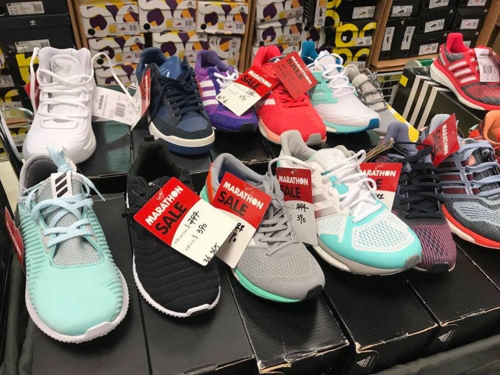馬拉松便服及運動名牌開倉活動上有大量運動鞋以特價發售。