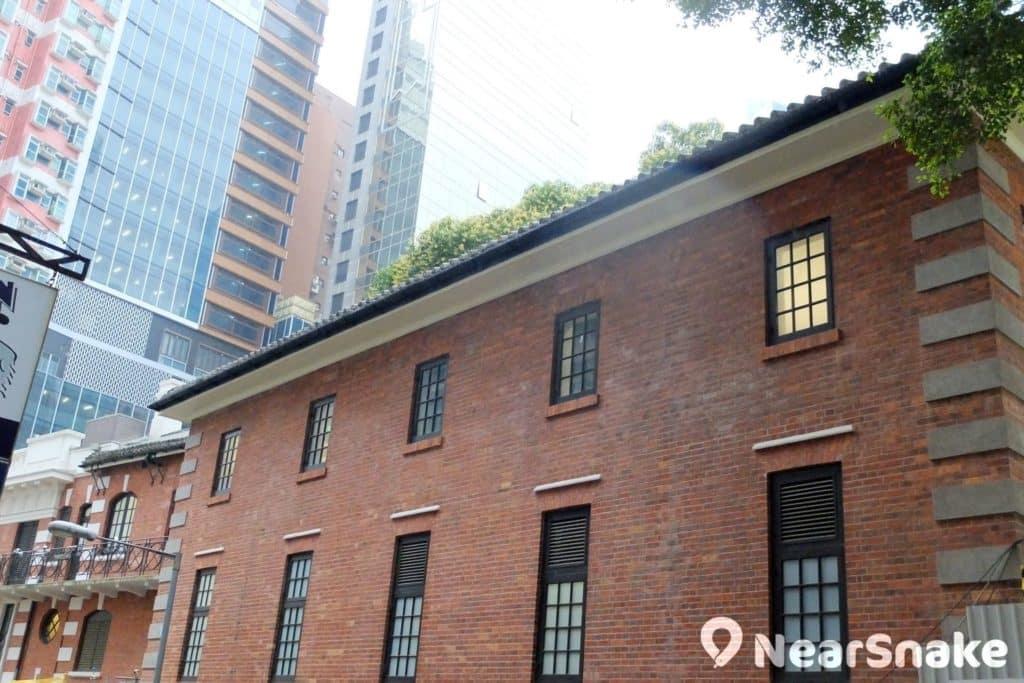 大館營房大樓的外牆以紅磚砌建,屋頂舖以瓦片,乃 20 世紀初常見的中英混合式建築風格。