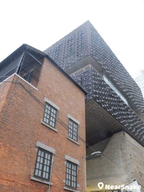 警察宿舍背後的賽馬會藝方,是座黑色建築,由建築事務所赫爾佐格和德默隆設計,設有展覽館、觀景台和餐廳。