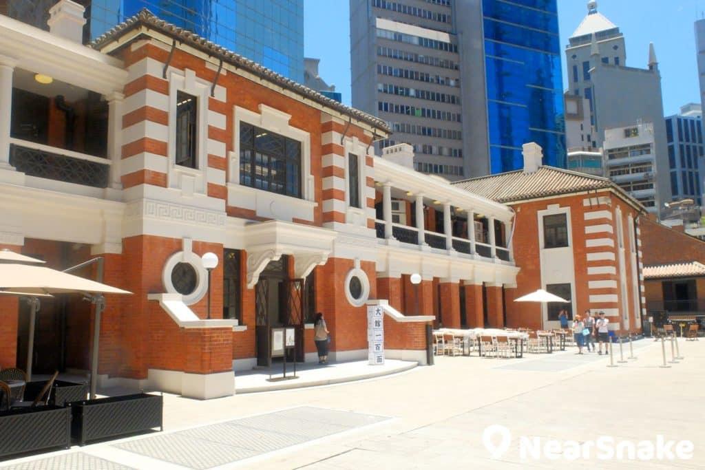 紅色建築的前警察總部大樓,是英式紅磚與中式瓦頂的混合式建築。