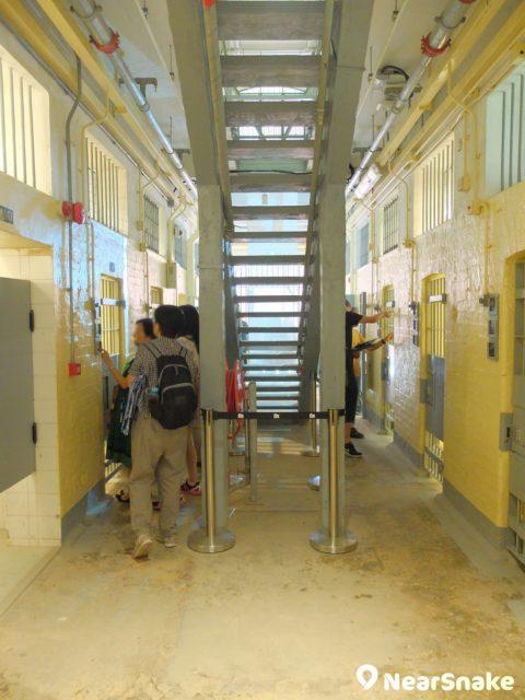大館 A 倉內部環境沒太多改動,牢房、樓梯、電掣、地磚也保留下來。