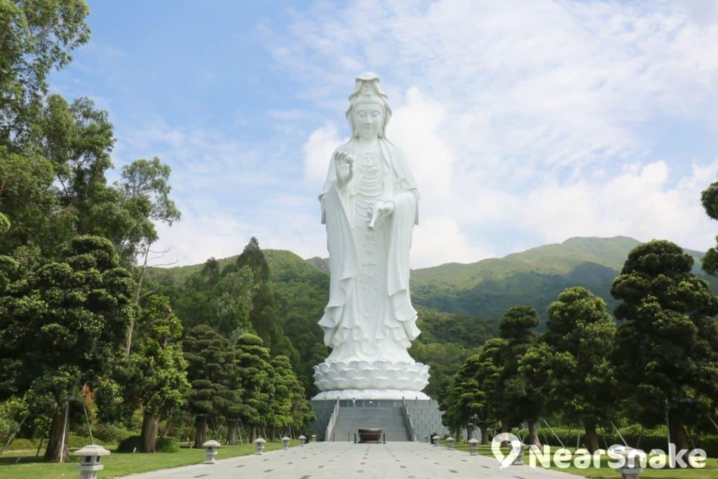 慈山寺建有一座 76 米高的戶外青銅、合金觀音像,與位於大嶼山的天壇大佛遙遙相對。