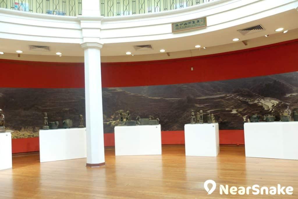 香港大學美術博物館一樓的林仰山展覽廳,採用圓形設計,讓人對展廳內的展品一覽無遺。