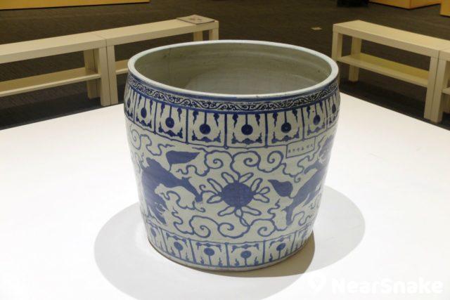 香港大學美術博物館收藏了不少青瓷,因瓷器的釉色為青色而得名,以瓷質細膩,色澤青翠晶瑩,線條明快流暢,造型端莊淳樸著稱於世。