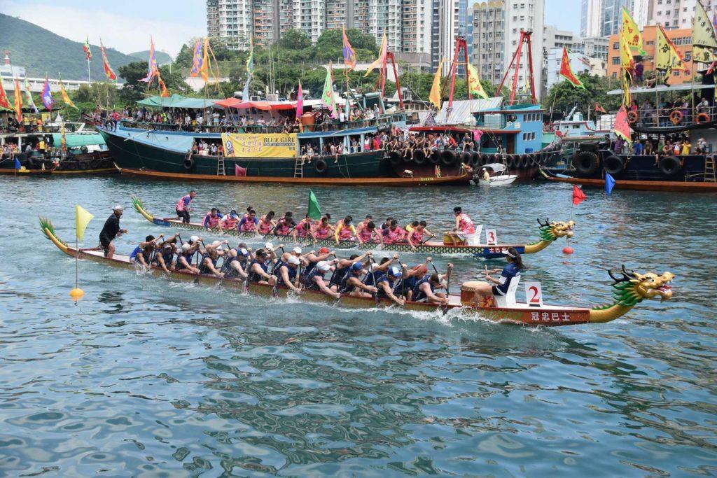 在避風塘舉行的香港仔龍舟競渡大賽已有逾百年歷史。