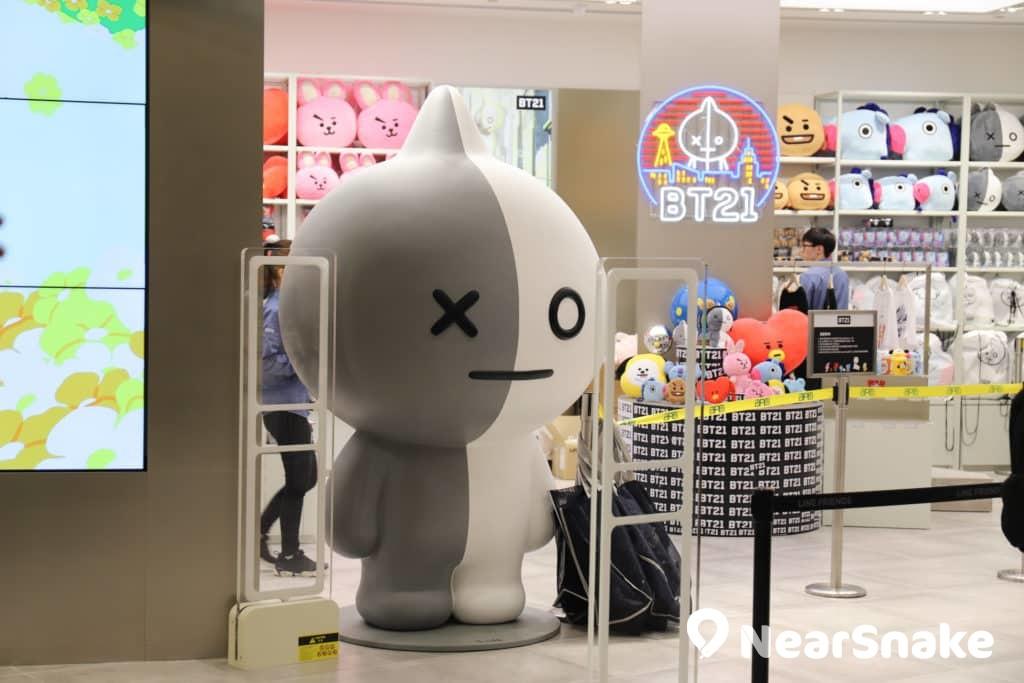 BT21 宇宙機器人VAN 在 apm LINE FRIENDS store 的門口迎賓。