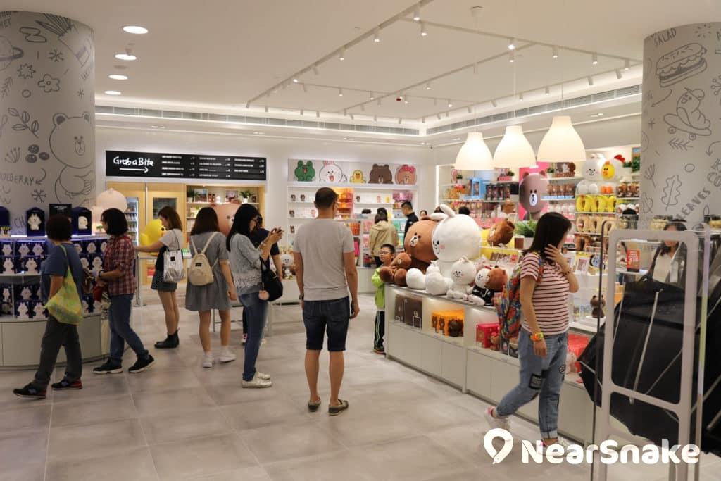 apm 新店面積超過 4,000 呎,設有 LINE FRIENDS 和 BT21 兩個專區。