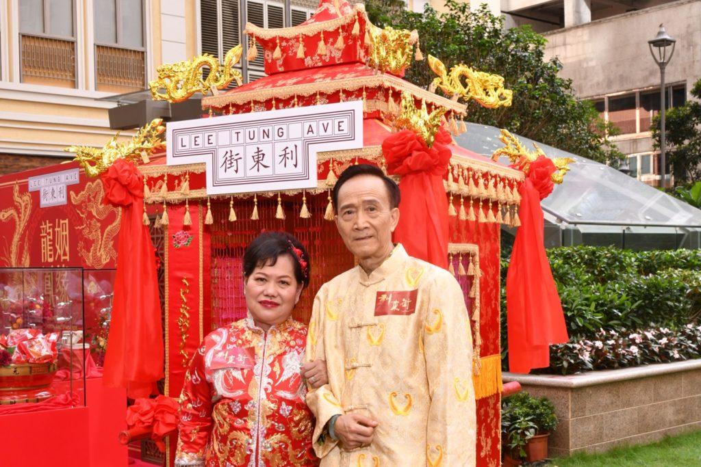 參與利東街抬花轎巡遊及裙褂匯演的陳景林與趙順英,已結婚 50 載。