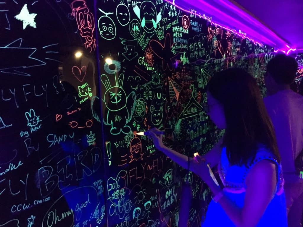 來到夜光塗鴉牆可大畫特畫,盡情發揮創意。