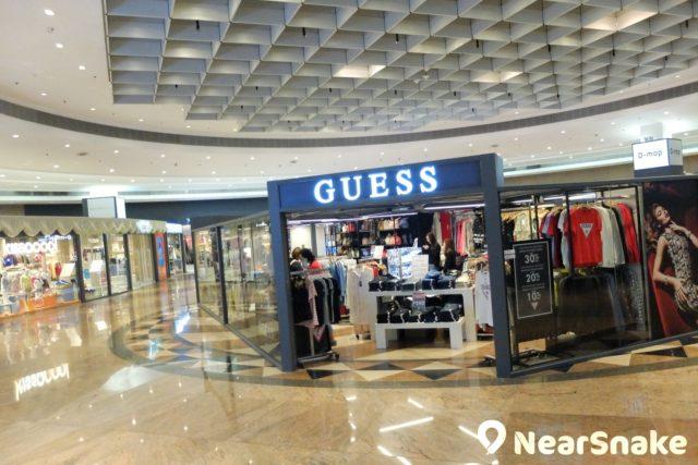 GUESS 在九展名店倉內開設了 outlet 分店。