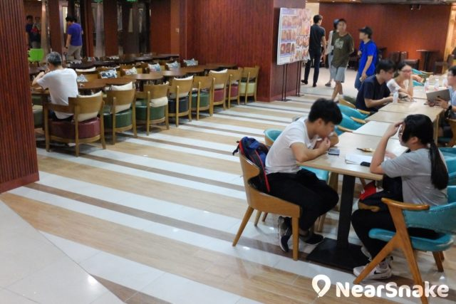 E-Max VeryFood 食街內的食店多採用開放式設計,座位也沒硬性分野,所以成為休閒區,不光顧也可隨便坐。
