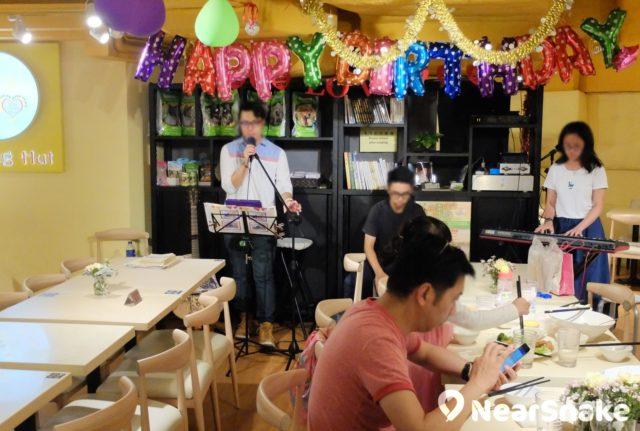 大家在 E-Max 素食店 Loving Hut 吃著素菜,聽著駐場歌手的輕快舒情歌曲,也算是新鮮體驗吧!