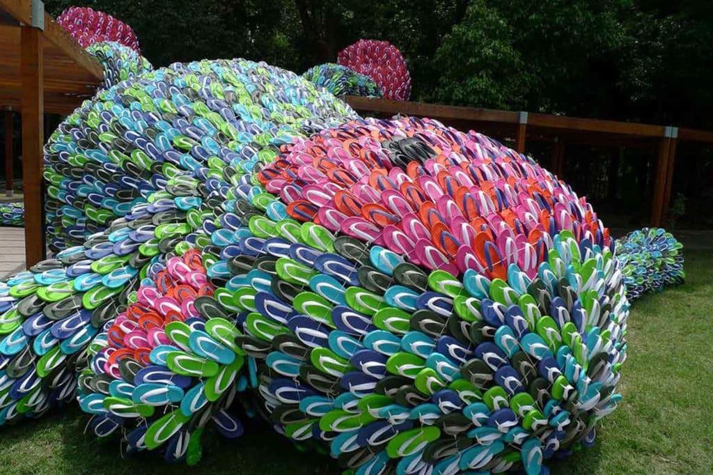 《胖猴子》以 1 萬隻色彩鮮豔的拖鞋製作。