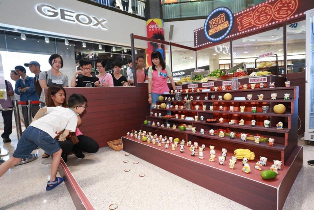 活動期間設有台灣夜市套圈圈攤位遊戲。