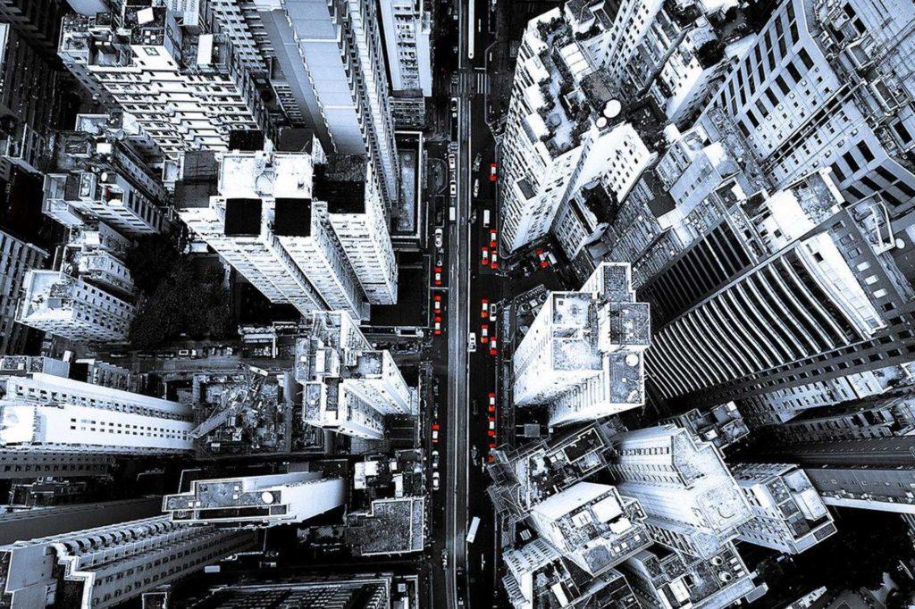 香港紅色的士和感覺冷清的建築物形成強烈對比。