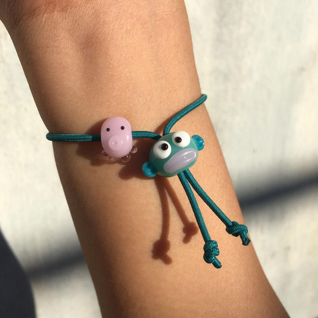 Some Thingsss推出了別注版玻璃hangyodon手帶,以「燈工」技藝吹出hangyodon樣式的玻璃珠,並應用於手帶吊飾上。