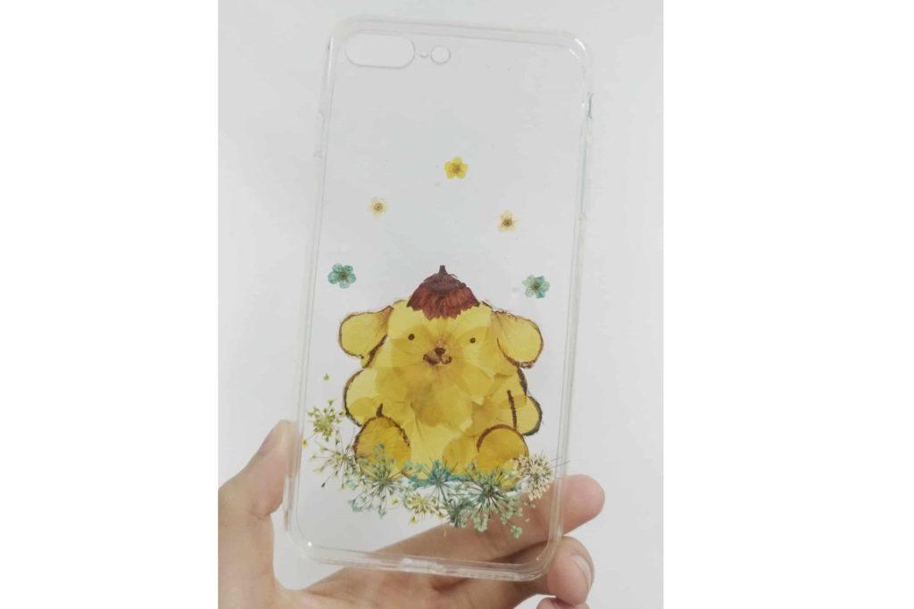 在 Sanrio characters × Crecra Fair 創意手作設計展上,「Toffee Studio」會利用完整乾花以至花蕊、花瓣及枝葉,再配合手繪技巧打造獨一無二的布甸狗 pompompurin 手機殼。