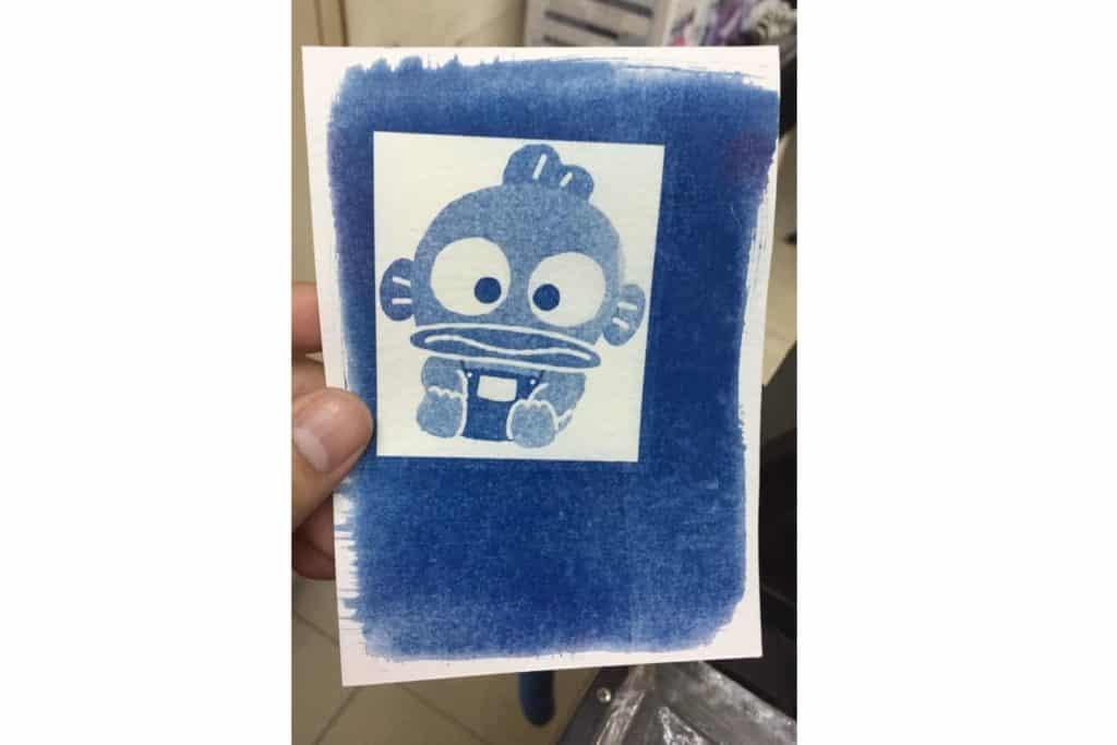 參加者可利用自己的相片結合不同的 Sanrio characters 圖案,以藍曬顯影工藝組合成新的照片。工作坊內有多個 Sanrio characters 絲網圖案可供選擇,在 Totebag、T-Shirt 上印刷出心儀的圖案,製作獨一無二的作品。