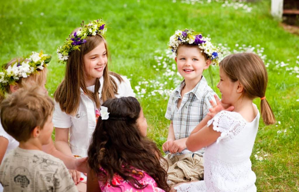 瑞典人會在仲夏節紛紛離開城市進入鄉村,與家人朋友慶祝。