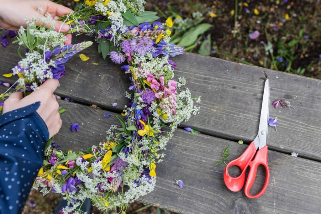 親手製作花圈等小手作是慶祝仲夏節的一環。