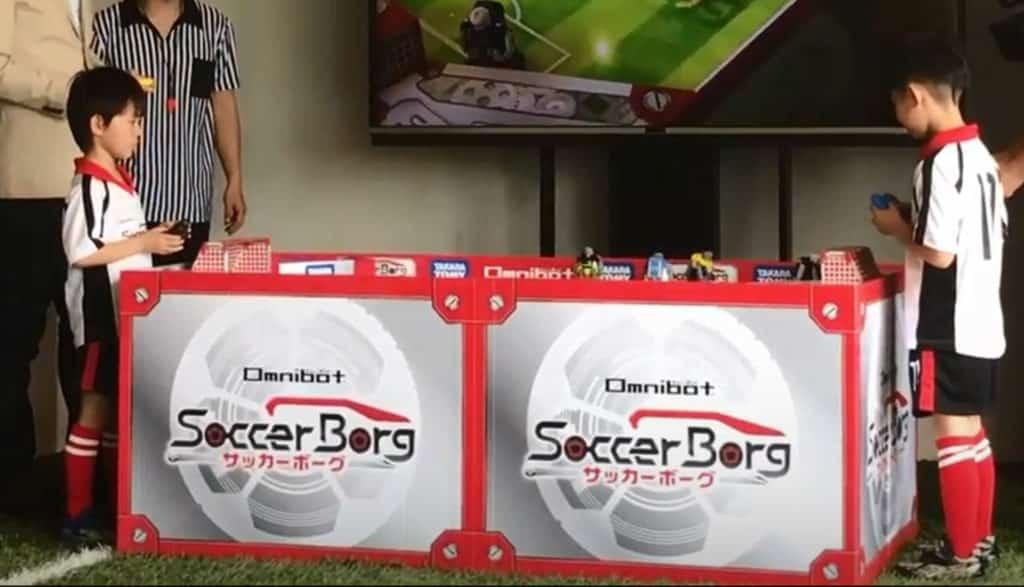 全港首屆商場「足球機械人聯賽」活動中,小球迷可控制足球機械人,將足球送入對方龍門。