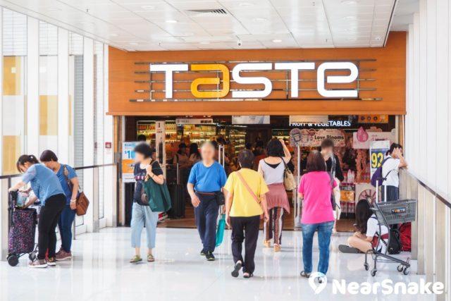 經過行人天橋可直達屯門市廣場二期的 TASTE 大型超級市場。