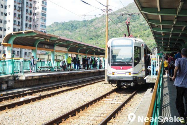 杯渡輕鐵站為屯門市廣場二期通往三期的要道,因此可以看到輕鐵站上經常出現人來人往的情況。