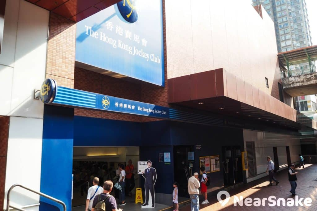 屯門市廣場三期為香港面積最大的香港賽馬會投注站,每逢賽馬日會有不少馬迷出入和駐足。
