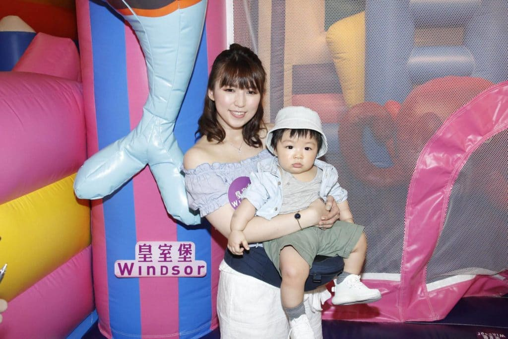 香港藝人孫慧雪 BB 抱住 BB Riley 出席「WINDSOR CLUB 企鵝探險學堂」開幕活動。