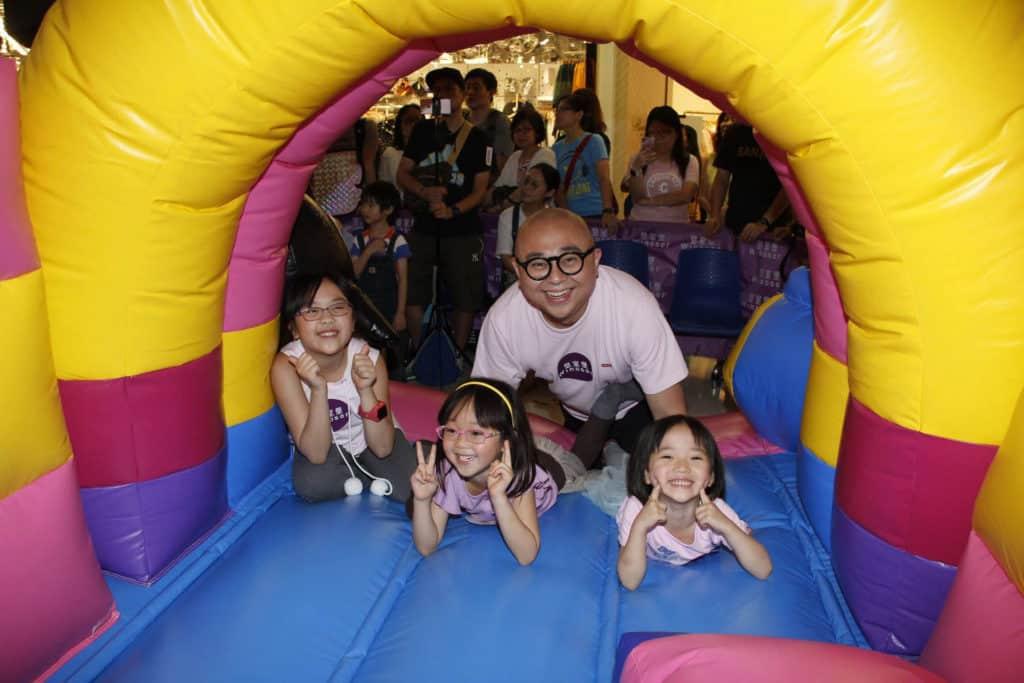 香港藝人阿 BOB 與 3 個囡囡齊齊搶先試玩皇室堡「WINDSOR CLUB 企鵝探險學堂」充氣遊樂設施。