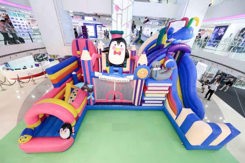 皇室堡在 2018 夏日在商場構建小孩最愛的充氣遊玩基地「WINDSOR CLUB 企鵝探險學堂」。