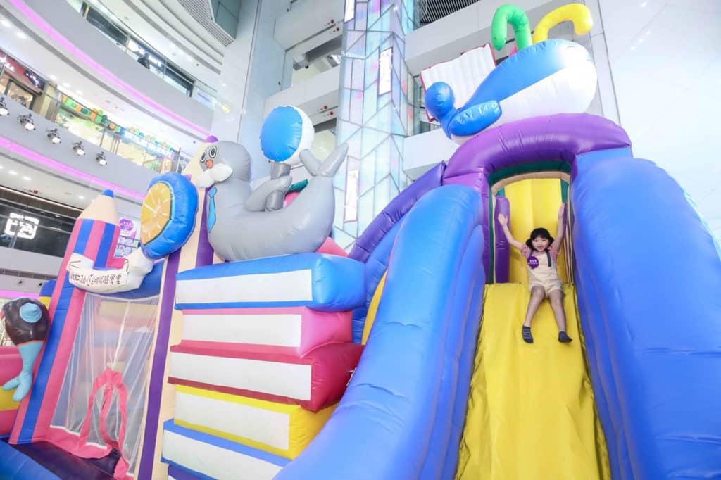 皇室堡「WINDSOR CLUB 企鵝探險學堂」設有近 6 米高文具主題充氣遊戲。