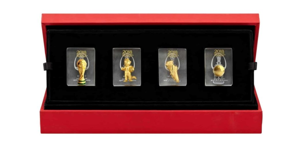 2018 FIFA 俄羅斯世界盃特許零售精品店精選貨品:「世界盃金磚大全套」以及「決勝時刻」鍍金紀念品。