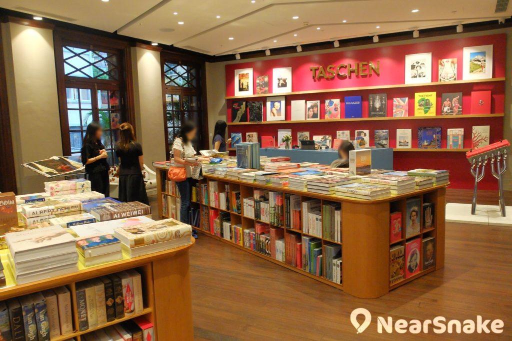 專門出版大型精裝書籍的德國藝術圖書商 TASCHEN 已於大館開設其在亞洲的第一家書店,不但發售旗下多個範疇的專書系列,又會不定期舉行座談會、簽書會等活動。
