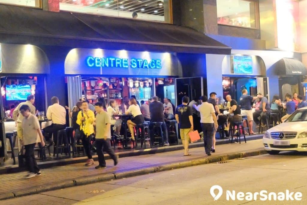 灣仔酒吧街上有不少酒吧也像 Centre Stage 般,採半開放式布局,氛圍頗為舒服,即使滿客也不見嘈吵。