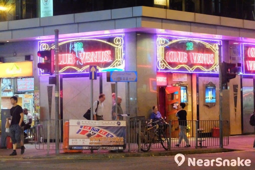 路過灣仔酒吧街的外國遊客,均是夜總會門外大媽的招手對象。