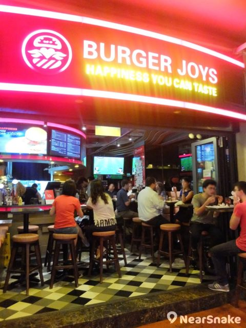 Burger Joys 的裝璜容易被人誤以為是酒吧,其實它是漢堡包店,每逢星期四晚會推出 $3 一隻雞翼,讓你可吃個飽!